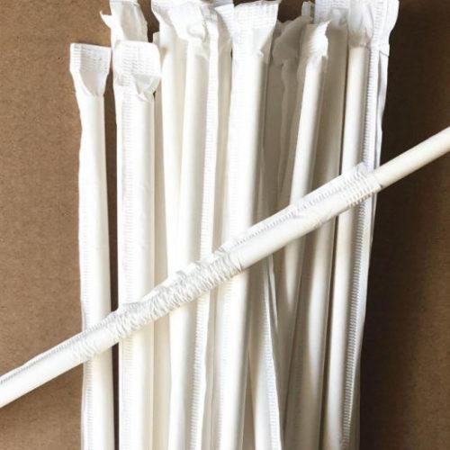 Белая бумажная трубочка в индивидуальной упаковке